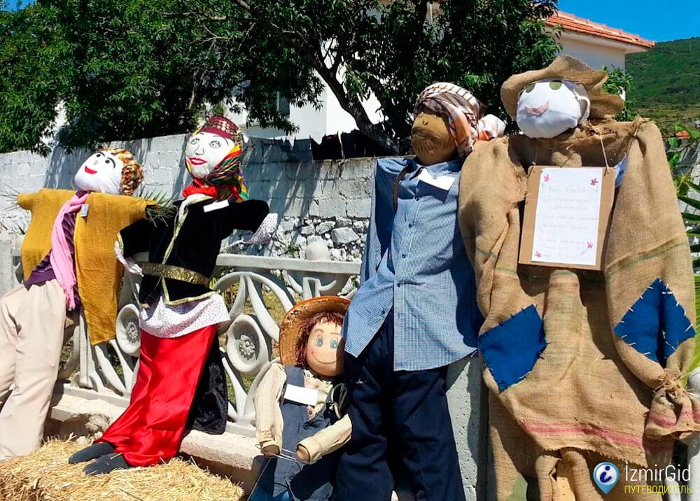 Пугала в деревне Барбарос, Измир
