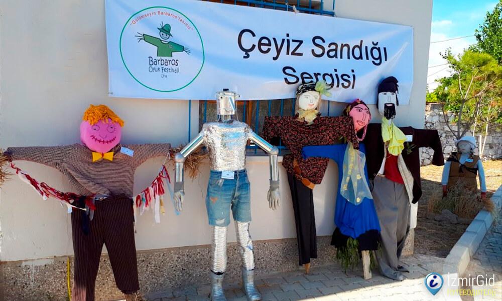 Пугала в деревне Барбарос, Измир, Турция