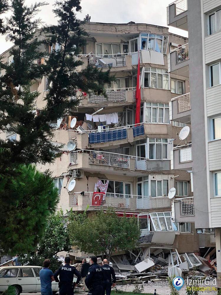 Поврежденные здания после землетрясения в Измире