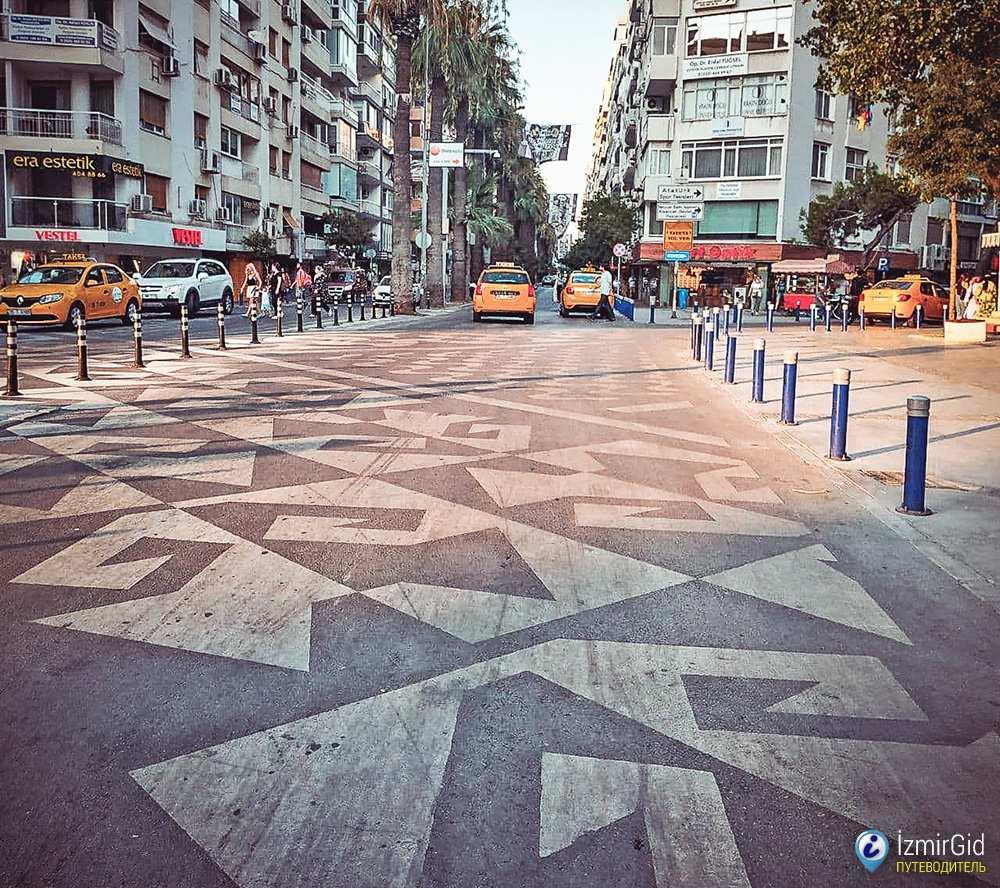 Узор элибелинде на пешеходном переходе в Измире